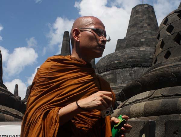 Seorang Bhiksu berjalan di candi Borobudur-Magelang, Jawa Tengah. Saat mengikuti prosesi puncak Tri Suci Waisak (17/5/11).