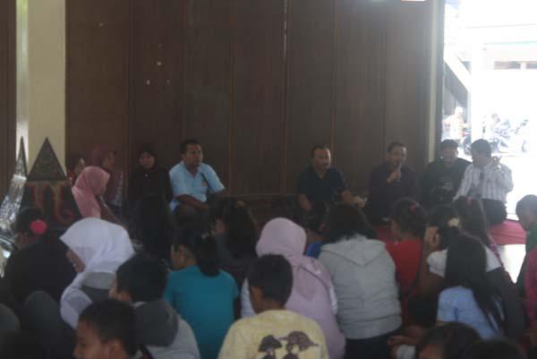 Rombongan siswa Taman Muda Cabang Turen, Jawa Timur saat mendengarkan sambutan Dekan FKIP di Pendopo Agung Tamansiswa. Foto: Tikha Novita Sari/PENDAPA