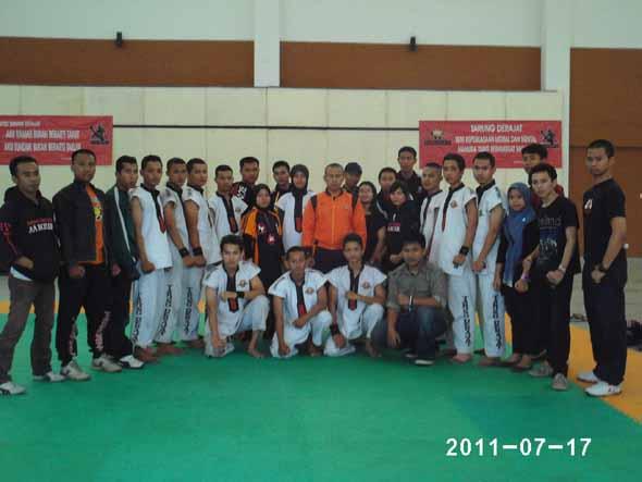 FOTO BERSAMA: Beberapa Satlat AA Boxer foto bersama di gedung STIMIK AKAKOM Yogyakarta. Foto: Istimewa