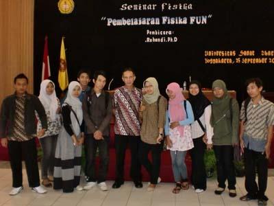 Foto Bersama: Peserta seminar dari UST Yogyakarta foto bersama dengan pembicara Drs. R. Rohandi, M.Ed, Ph.D.