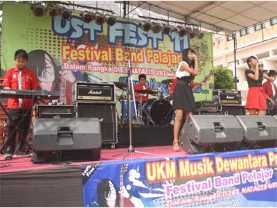 Festival Band Pelajar: Early Morning, salah satu peserta Festival Band Pelajar yang diadakah Unit Kegiatan Musik Dewantara (UKM MD) di Halaman Kampus Pusat Universitas Sarjanawiyata Tamansiswa (UST) Yogyakarta , dalam rangka Dies Natalis UST ke 56.