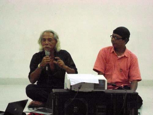 Liek Suyanto (kiri) dan Wahyana Giri M.C saat berdiskusi seusai pemutaran video teater dengan judul Sih. Foto:  Wahyu Z.