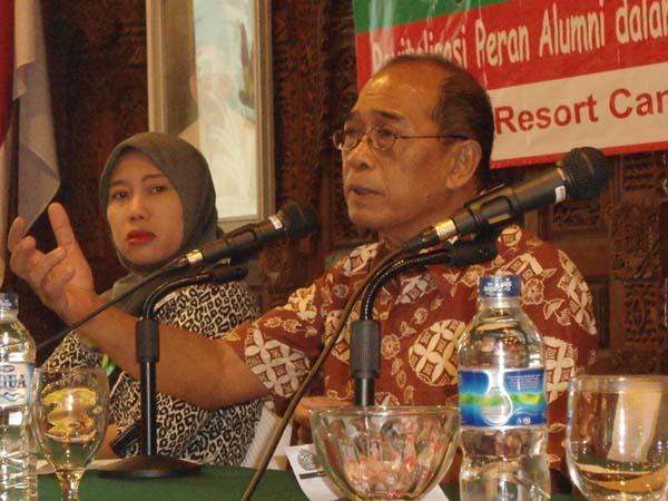 Idham Samawi (kanan) saat memberikan pembekalan keorganisasian didampingi oleh Nining Musikarini, Selasa (6/12) lalu.