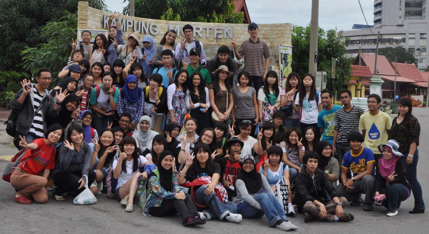 Fadheil Wiza Munabari (kiri, melambaikan tangan) bersama perwakilan dari UST lainnya, UM dan dari International student foto bersama di kampung wisata morten di Malaka Malaysia. foto istimewa
