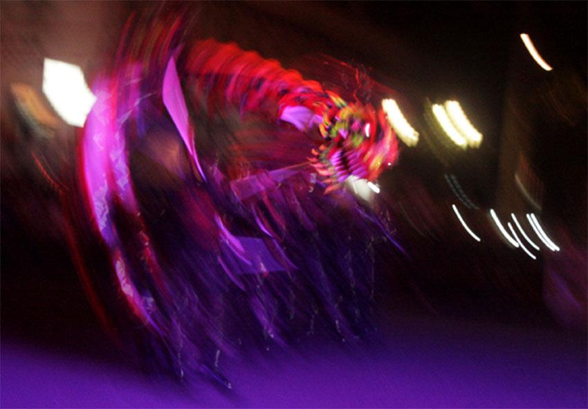 Penampilan Naga Doreng Yonarhanudse 15 di kawasan nol kilometer Yogyakarta dalam acara Jogja Dragon Festival. Acara pada malam (6/12) merupakan puncak dari Pekan Budaya Tionghoa Yogyakarta saat malam ke-15 bulan pertama tahun baru Imlek 2563. Foto: Wahyu Z