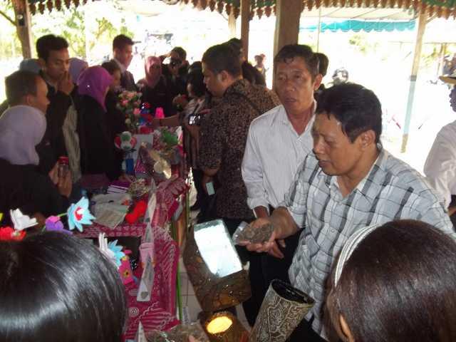 Wakil Rektor (warek) IV, Widodo Budhi (kanan) dan Warek III, Hadi Pangestu Rihardjo sedang melihat-lihat hasil karya mahasiswa KKN. Foto: Dok. Istimewa
