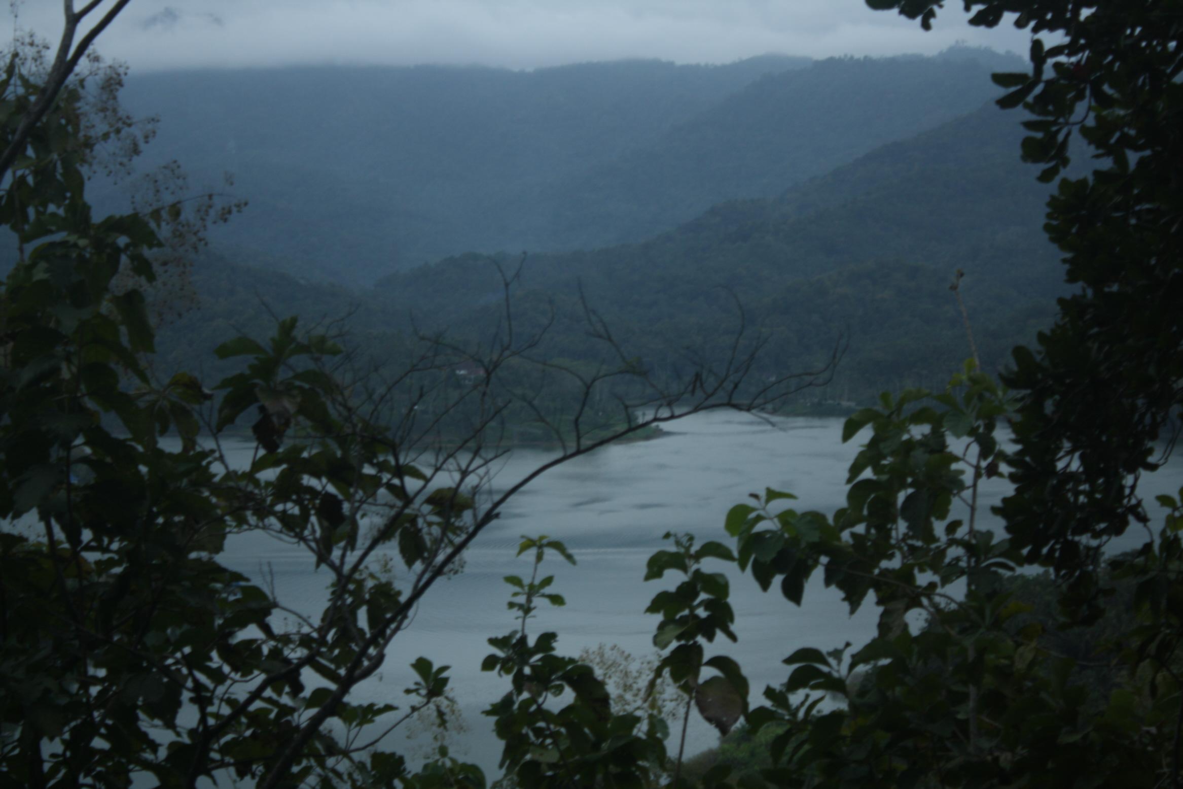 Waduk Sermo di sore hari (3/6). Dahulu menurut warga sekitar terdapat Dusun Sermo Tengah di dasar waduk yang saat ini terbenam air. Foto: Wahyu Z/PENDAPA