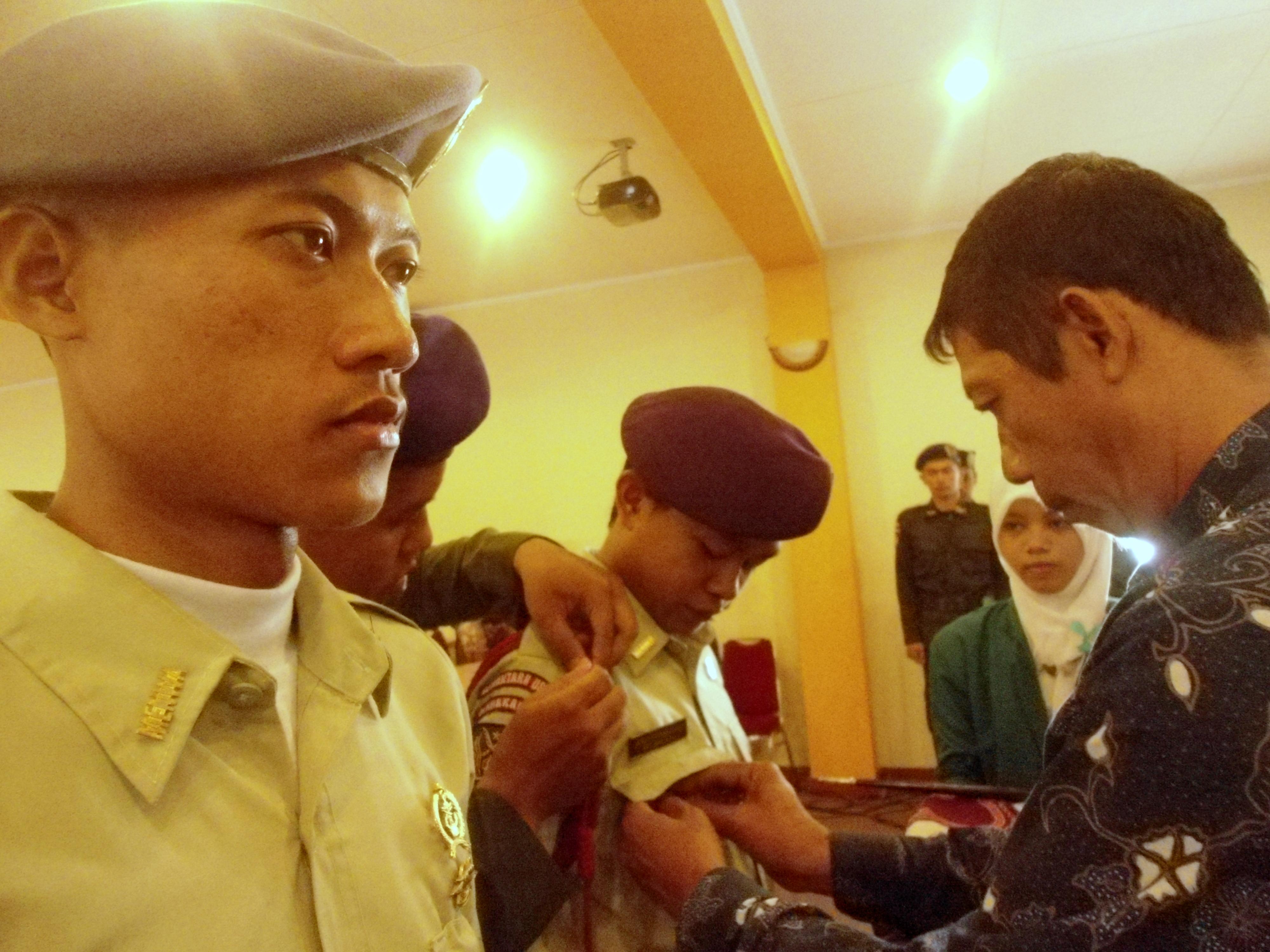 Warek III menyematkan tanda jabatan kepada komandan baru Menwa, Ardy Syihabudin. | Foto: Eva Yuliani