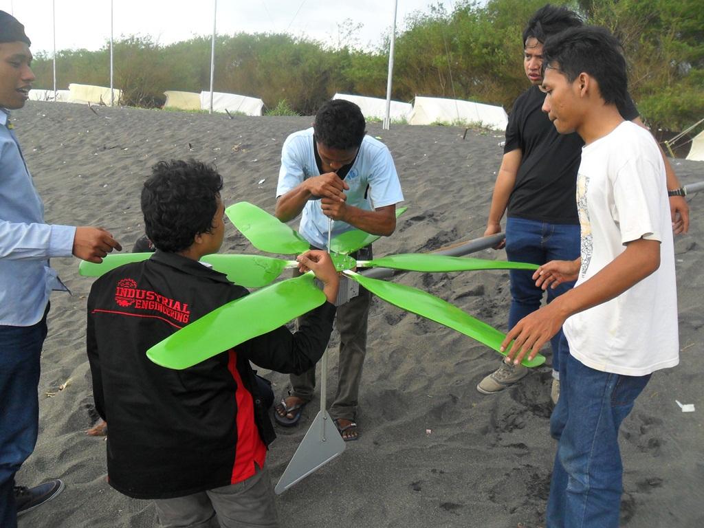 Pemasangan kincir angin di Pantai Baru, Pandansimo, Bantul | dok. pribadi