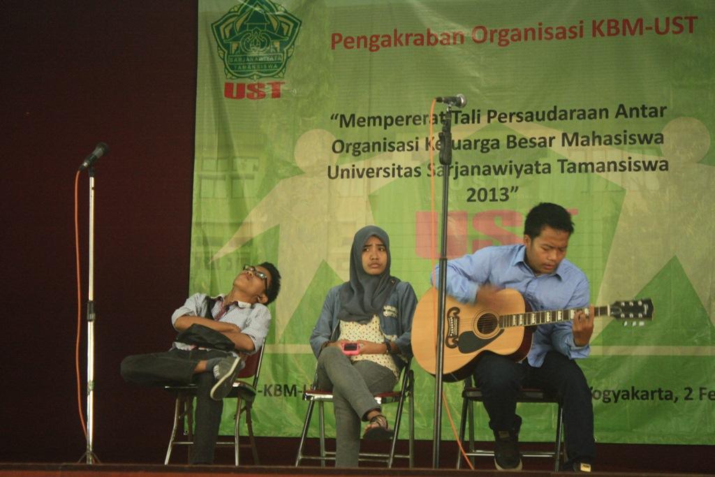 Penampilan teater Trisula dalam acara Pengakraban Organisasi KBM-UST , Minggu (2/2) bertempat di Balai Persatua Tamansiswa. Foto: Romdhon/PENDAPA
