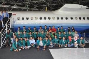 Para mahasiswa Teknik Industri UST peserta Studi Ekskursi berfoto bersama di PT Dirgantara Indonesia. Foto: dok. istimewa