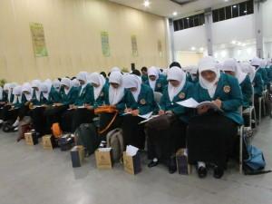 Mahasiswa baru mengikuti kuliah umum dan ospek di gedung Jogja Expo Center | foto: Afri