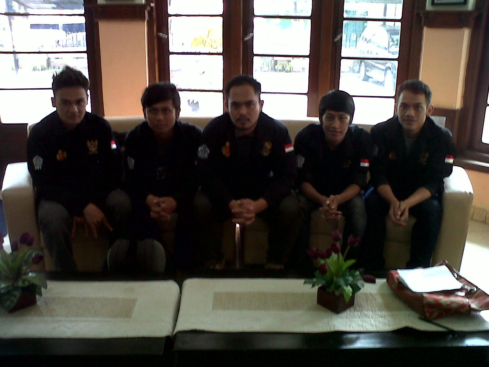 Lima Mahasiswa dari Himpunan Mahasiswa teknik Sipil (HMTS) saat menunggu Rektor UST, Drs. Pardimin, M.Pd. di Rektorat, Rabu (30/10). Foto: Gita/PENDAPA