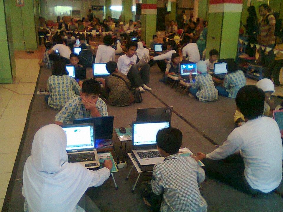 Para siswa SD sedang serius mengikuti Lomba Menggambar Digital Crayon yang dilaksanakan oleh Himakom di Taman Pintar, Minggu (10/11). Foto : Indah/PENDAPA