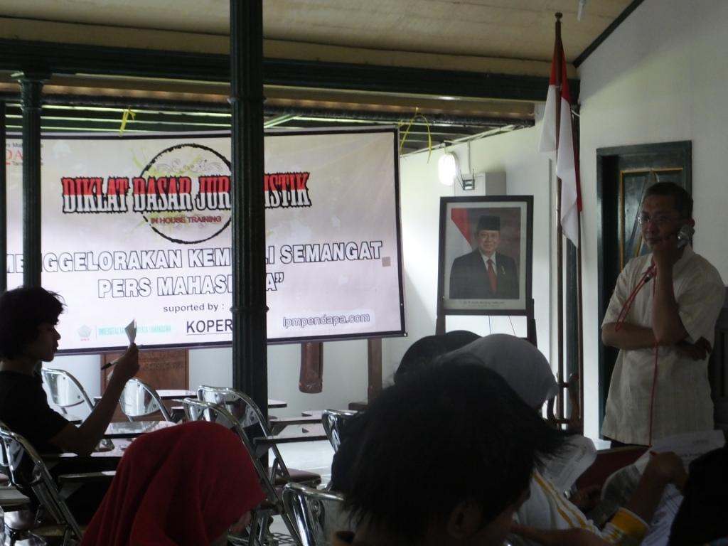 """""""Menjiwai Menulis"""" Salah seorang pemateri, Hazwan Iskandar Jaya ikut memberikan pelatihan di Ruang pagelaran, Sabtu (7/12)"""