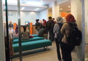 mahasiswa UST tengah mengantri untuk membayar biaya tetap di bank BNI 46 kantor cabang pembantu UST pada hari Kamis (6/2) | foto: Romdlon