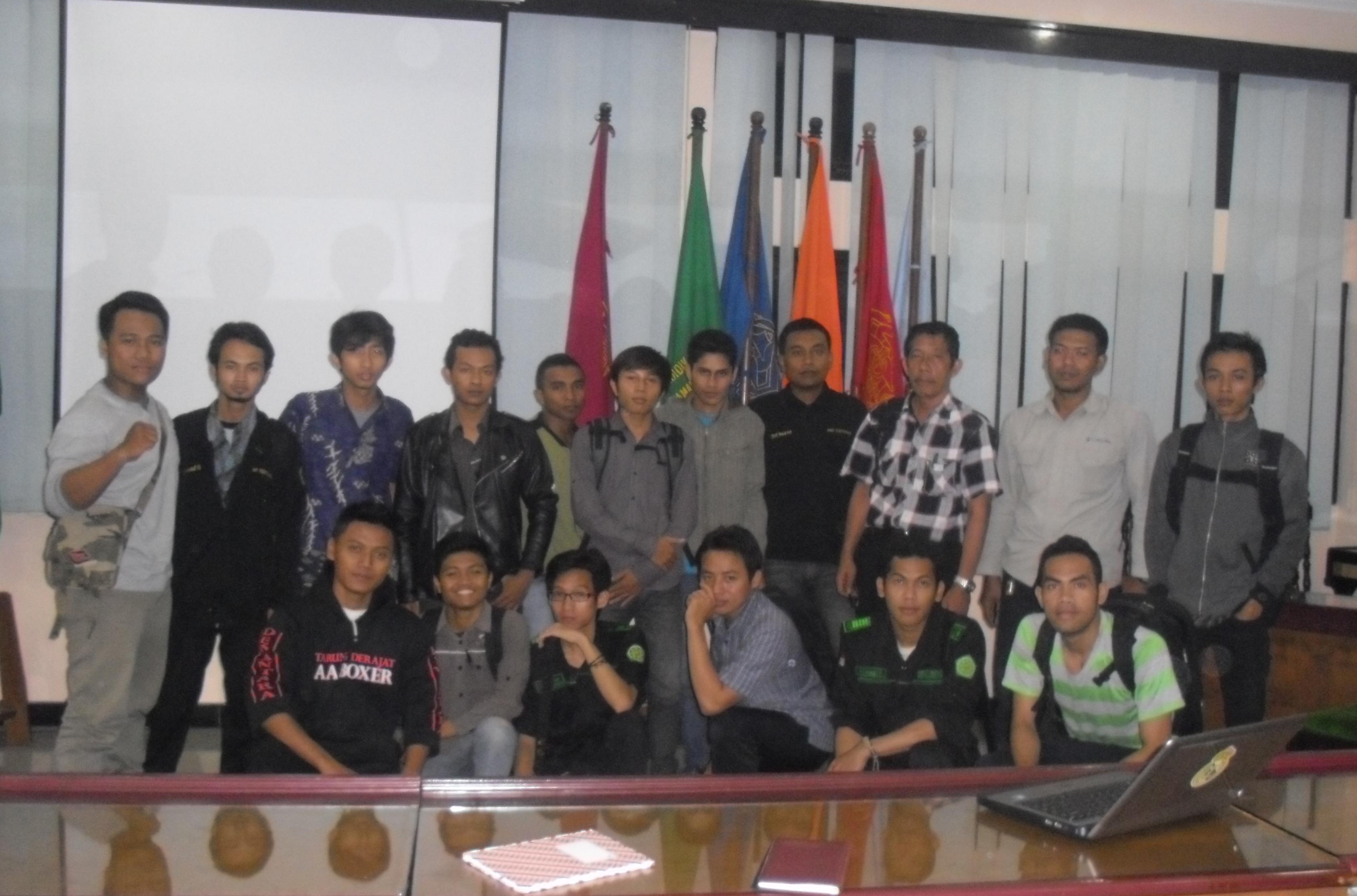Surya Herdianto (berdiri, dua dari kanan) yang berkemeja putih foto bersama saat Plotingan Dana Lembaga Kemahasiswaan dan UKM UST pada 17 Januari 2013 lalu. Saat itu dirinya masih menjabat sebagai Ketua Mapala Bangkel UST. Foto: dok. Pendapa