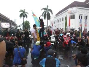 Aktivis mahasiswa Jogja tetap melakukan aksi meski hujan deras turun. Foto oleh: Peka [Tim PENDAPA]