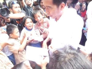 Jokowi dikerumuni para siswa SD Taman Muda Ibu Pawiyatan  untuk dimintai tanda tangan saat mengunjungi Museum Dewantara Kirti Griya di Komplek Pendopo Agung Tamansiswa pada Sabtu pagi (03/5). Foto: Romdlon/PENDAPA