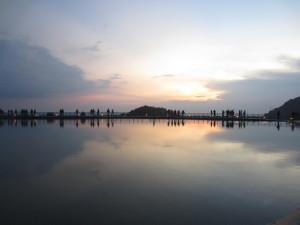 Pengunjung yang sedang menikmati senja di Embung Nglanggeran, Kamis (29/5). Foto: Taofik/PENDAPA