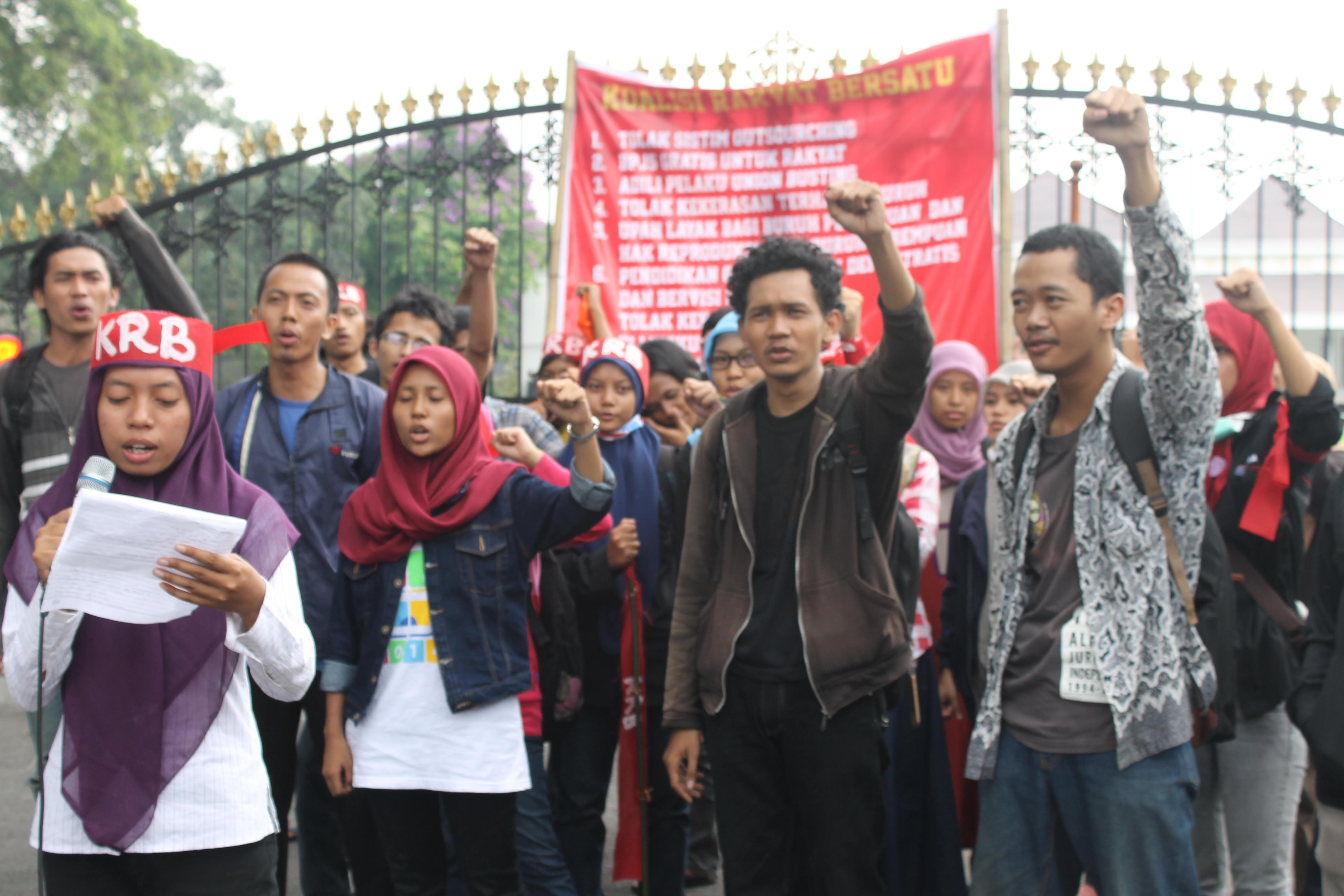 Lembaga Pers Mahasiswa di Yogyakarta sedang menampilkan pembacaan Puisi memperingati Hari Buruh. Foto: Gita/PENDAPA