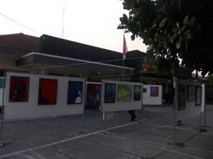 Bebarapa hasil karya seni lukis mahasiswa program studi Pendidikan Seni Rupa terpampang indah di depan ruang dekan FKIP UST pada sore hari, Rabu (4/06). Foto : Peka Tariska /PENDAPA