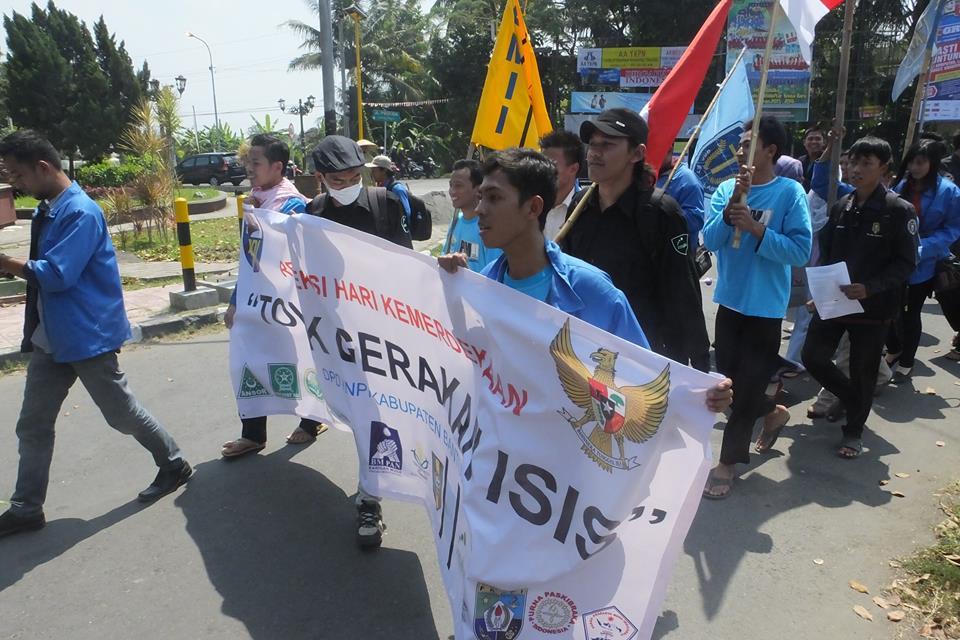Puluhan Ormas pemuda tengah melakukan aksi damai penolakan Islamic State of Iraq and Syam (ISIS) di perempatan Masjid Agung Bantul pada Selasa siang (19/8). Foto: Eko Junianto/PENDAPA