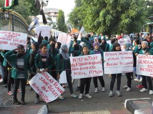 Puluhan mahasiswa UST tampak sedang melakukan aksi di titik 0 km Yogyakarta; (28/10). Foto: Darojat/PENDAPA