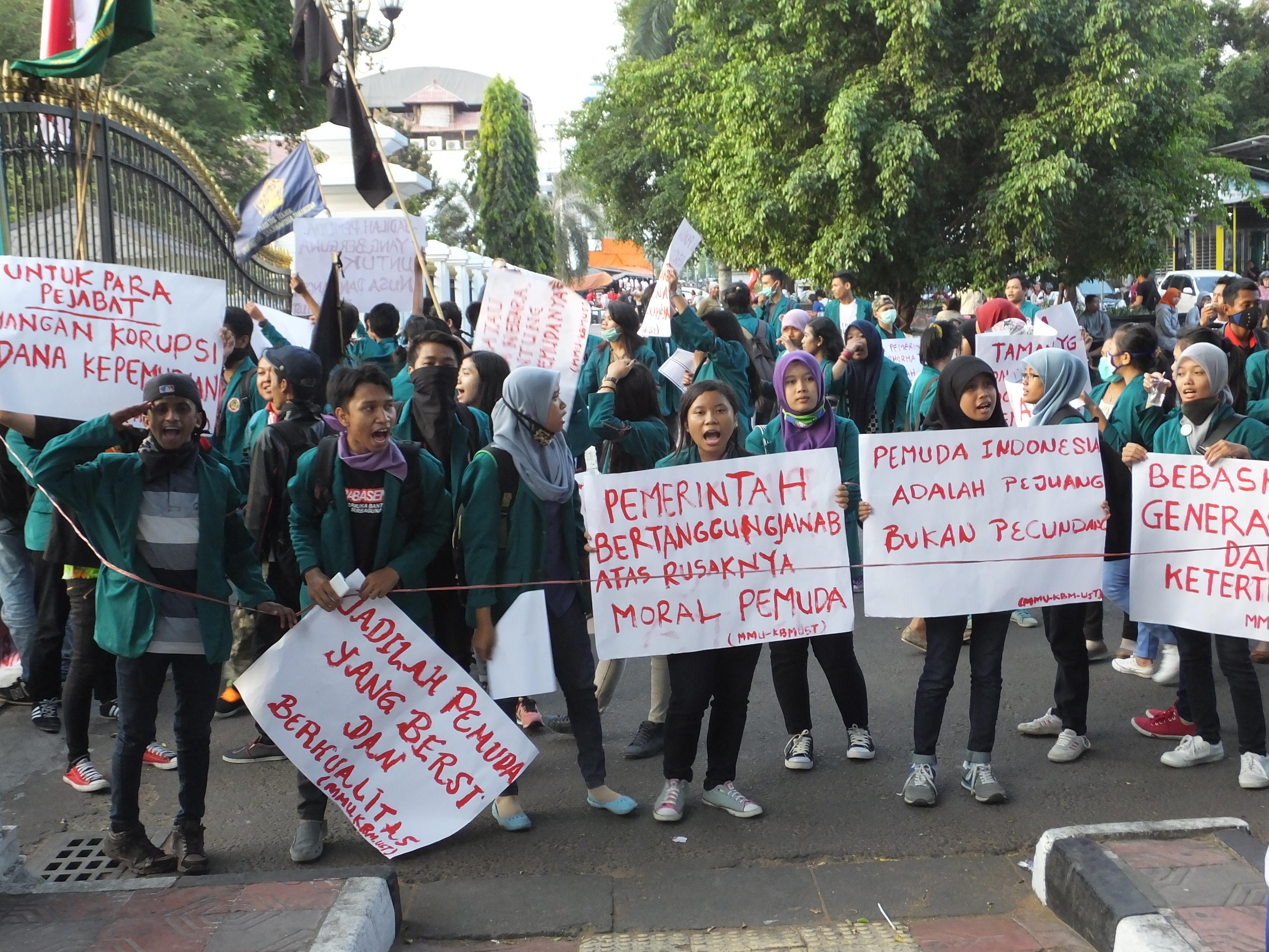 Para mahasiswa UST tampak sedang melakukan aksi di titik 0 km Yogyakarta; (28/10). Foto: Darojat/PENDAPA