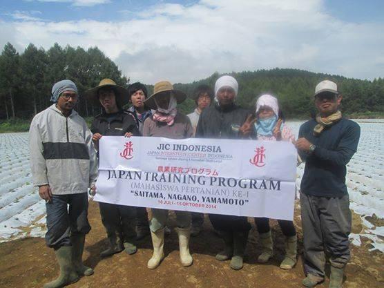 Mahasiswa fakultas Pertanian  UST sedang foto bersama dengan petani jepang. Foto: diambil dari Fb Ari Mekki.