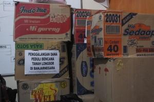 Tumpukan kardus yang berisi pakaian layak pakai, dan logistik terkumpul di sekretariat Mapala Pandawa Lima. Foto:Isnan/PENDAPA