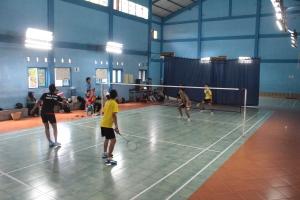 Pertandingan ganda Badminton HMJM Open saat memperebutkan juara tiga | foto: Kelik