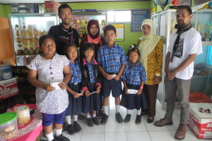 Lima siswa korban longsor Jemblung Banjarnegara (depan) foto bersama Tim Pendapa  dan Ibu Kepala Sekolah, setelah menerima uang sumbangan pendidikan, Pada hari Kamis (29/01/15). Foto: Eva Yuliani, Pendapa.