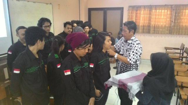 Upacara pelantikan ketua UKM Musik Dewantara, yang dipimpin langsung oleh Hadi Pangestu pada Kamis 26/02/15. foto:Bayu/UKM Musik Dewantara