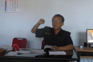 Ki Slamet, Ketua Perguruan Tamansiswa cabang Kebumen sedang memaparkan Filosofi Wayang kepada Pendapa di ruang kantornya pada Selasa, 17 Maret 2015. Foto: Isnan Waluyo/Pendapa.