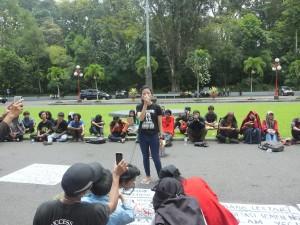 Salah satu masa aksi yang tergabung dalam Aliansi Mahasiswa Jogja Peduli Rembang menyampaikan aspirasinya dalam di depan Gedung Rektorat UGM.