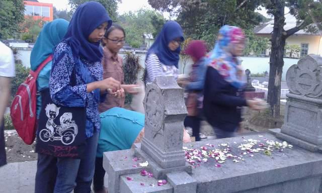 Anggota HMJPBS berziarah ke makam Ki Hadjar Dewantara di kompleks pemakanam Taman Wijaya Brata Tahunan. Doc.HMJPBS