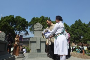 Anies Baswedan saat melakukan tabur bunga dimakam Ki Hadjar Dewantara. (23/05/15). foto: Aziz/Pendapa