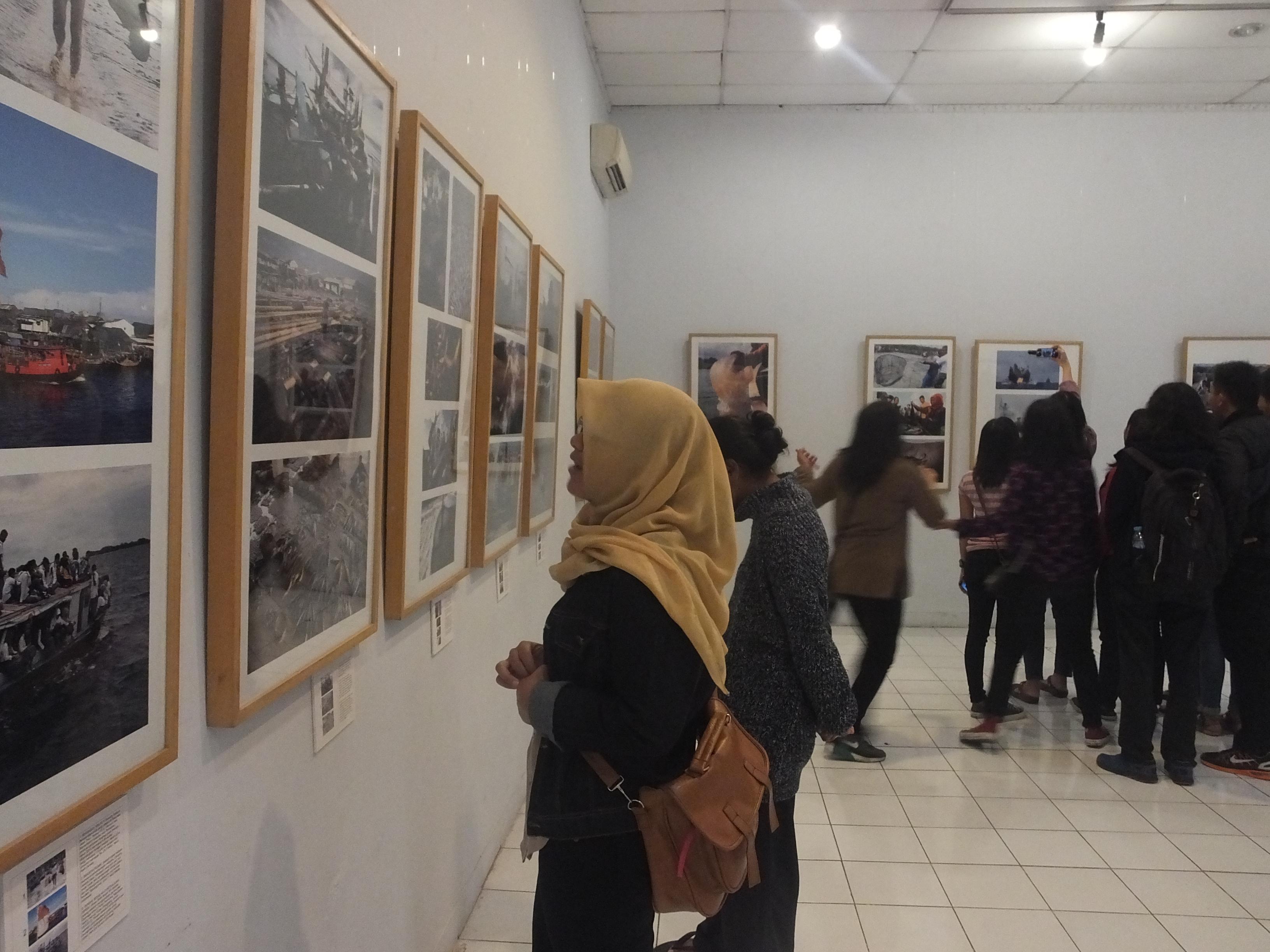 "Beberapa pengunjung mengamati koleksi foto pameran bertema ""Bahari"" oleh Pewarta Foto Indonesia (PFI) Yogyakarta di Bentara Budaya Yogyakarta (09/09).Foto:Isnan/PENDAPA"