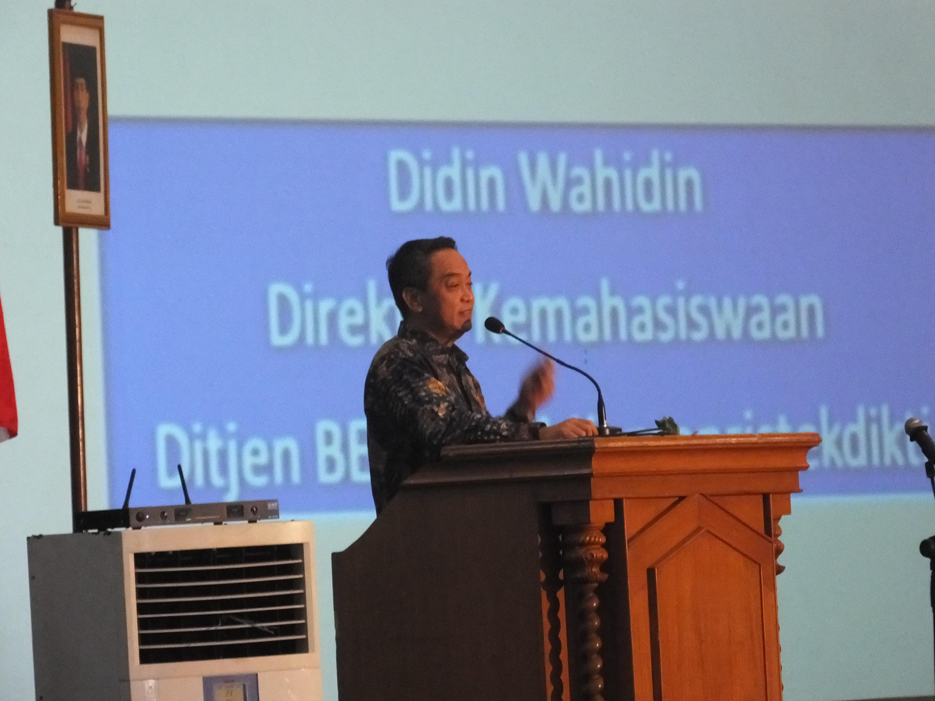 "Didin Wahidin menyampaikan materinya yang bertajuk ""Sukses Belajar di Perguruan Tinggi"" dalam acara kuliah umum mahasiswa baru UST  di Jogja Expo Center (14/09) . Foto: Aziz/PENDAPA"