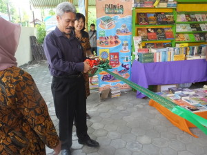 Ki Pardimin memotong pita dalam pembukaan acara pameran buku dan karya cipta mahasiswa.