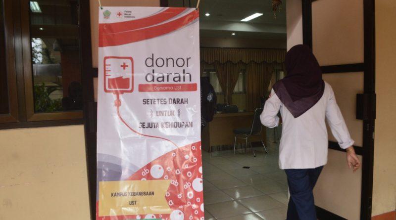 Kegiatan donor darah di Ruang Ki Sarino, Senin, (24/10/2016). Foto: Lucya/Pendapa